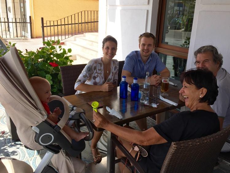 A tavola con i nonni (che ce lo hanno regalato :-) Grazie!