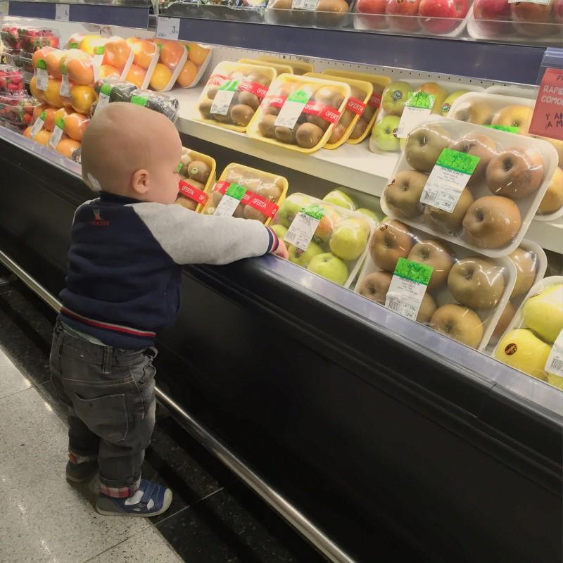 Oliver buying fruit