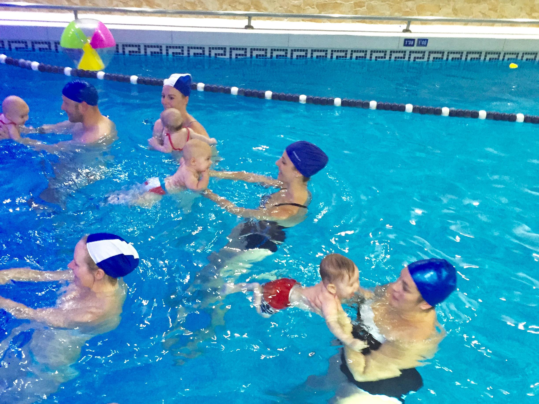 Clases de nataci n para beb s sin manguitos for Manguitos piscina